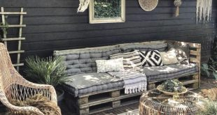 Ich habe ein paar Änderungen im Hinterhof und es gefällt mir! Das Palettenbett ist umgezogen und hat seinen Platz unter unserer Pergola gefunden. Was denkst du?