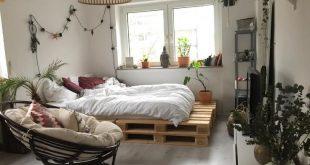 Schönes und ästhetisches Palettenbett mit kuschliger Bettdecke. #diy #interior