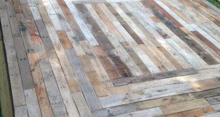 Schwimmendes Deck aus wiedergewonnenem Palettenholz von Home Remedies Handyman in Nas … #diypallet #WoodWorking